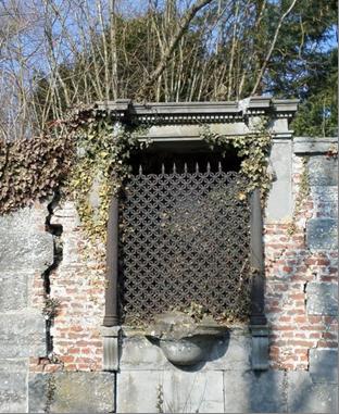 Oratoire dans le mur du château.