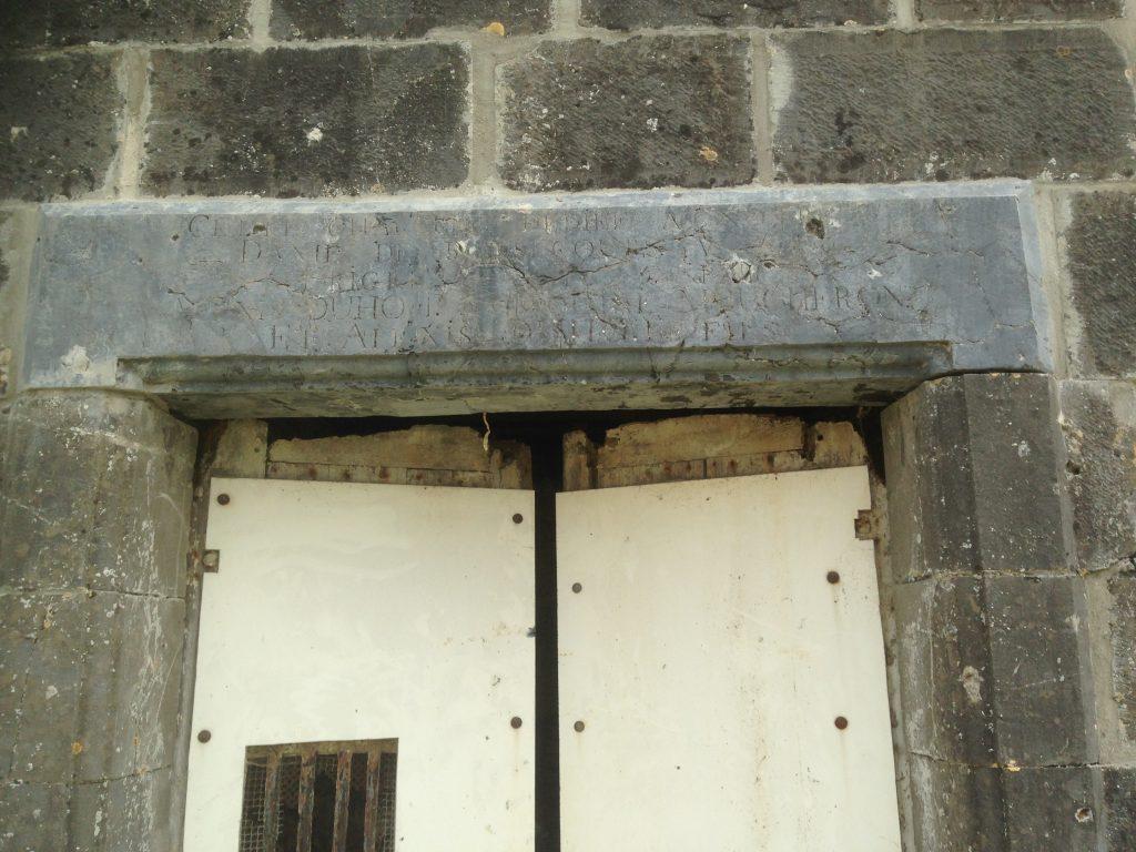 linteau de la chapelle avec l'inscription des donateurs