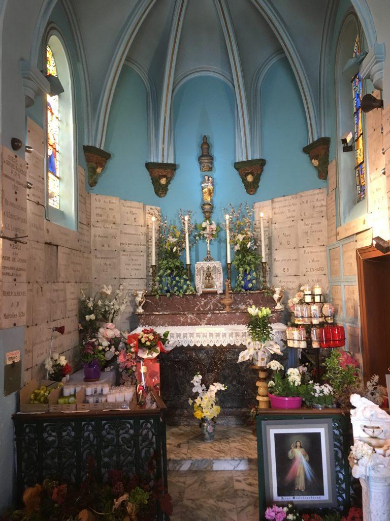 Magnifique autel en marbre noir et rose