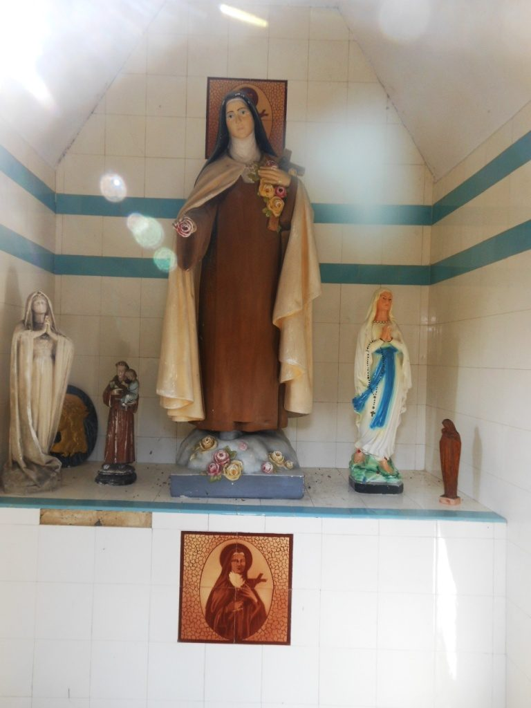 Intérieur de la chapelle Ste Thérèse de l'Enfant Jésus
