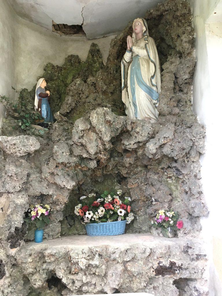 Intérieur de la chapelle représentant la grotte de Lourdes