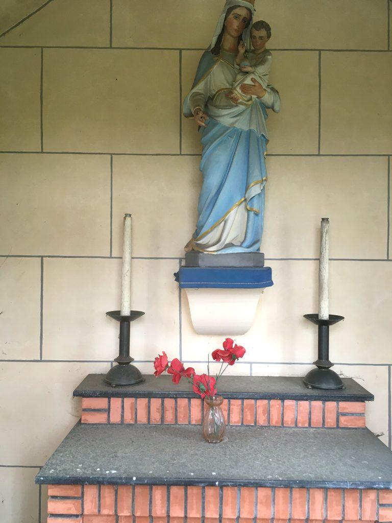 Intérieur de la chapelle au Hameau de Pont à Pierres