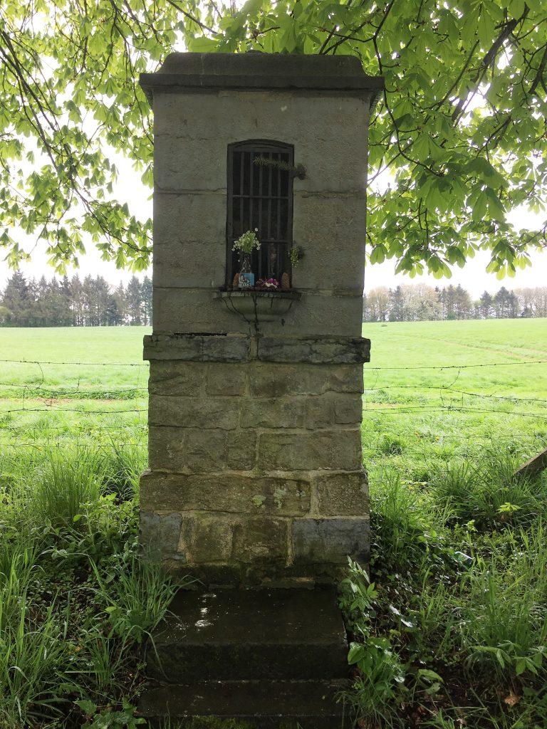 Vue rapprochée de l'oratoire rue du Château