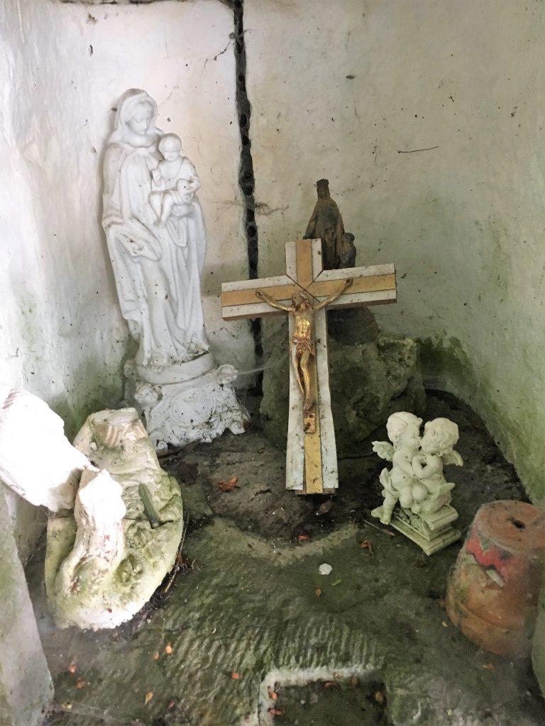 Intérieur de la niche de l'oratoire N.D du Rosaire
