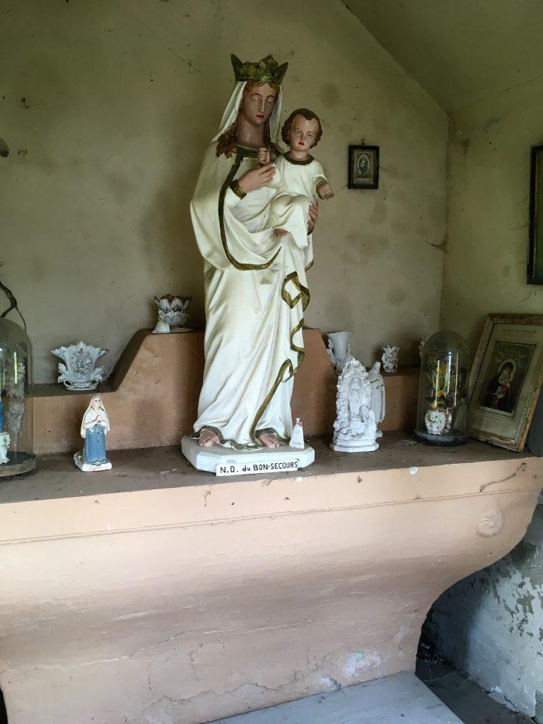 L'autel et la statue N.D de Bon Secours