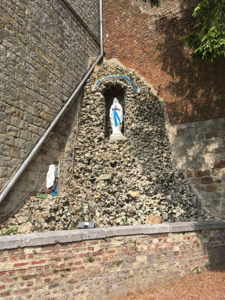 Grotte près de l'Eglise
