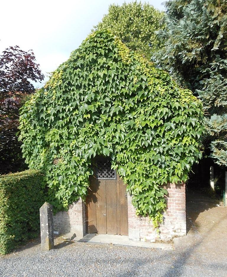 Chapelle à la Vierge Marie. Route d'Avesnes Le Quesne au Leu