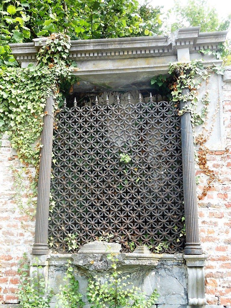 Oratoire dans le mur du château