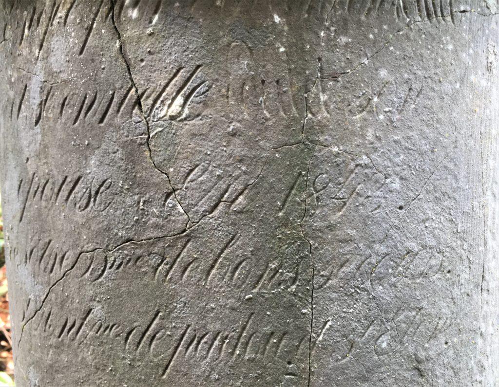 érigée par Valantin Poulet ( texte ne figurant pas sur la photo) et Henriette Poulet son épouse en 1843 Notre Dme de Bon Secours St Antne st Eloy