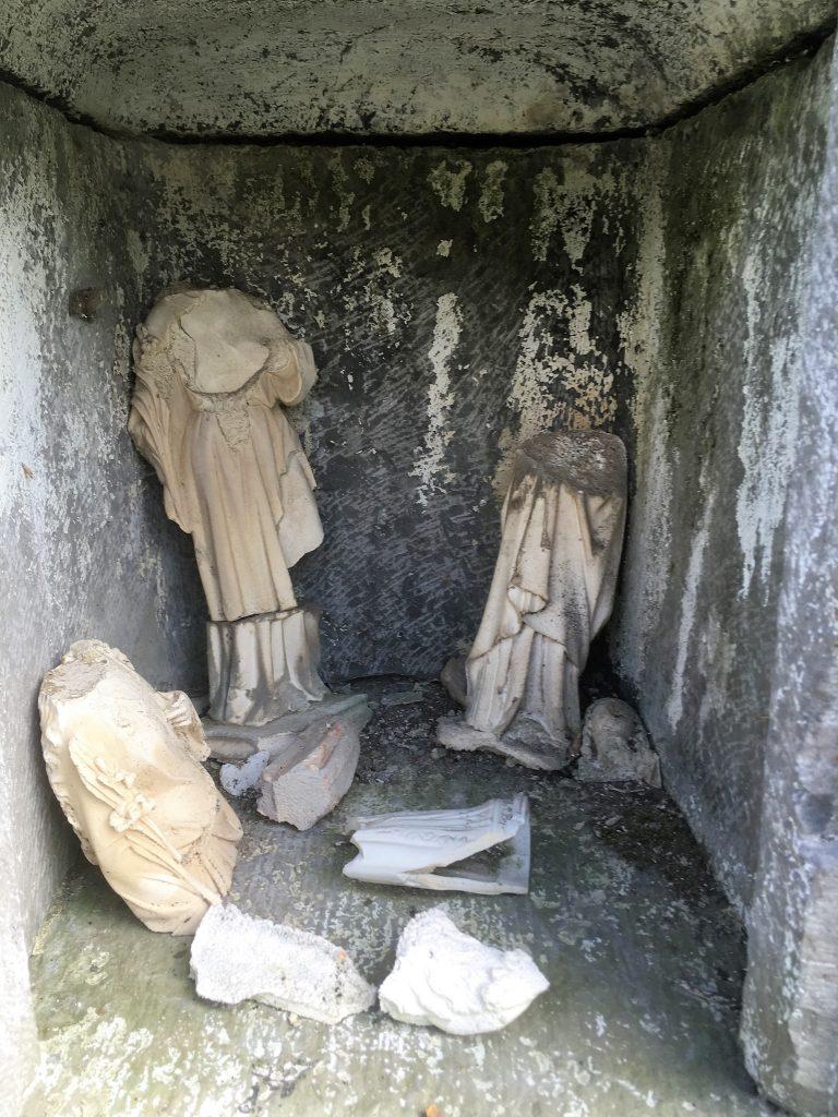 Niche et statuettes cassées