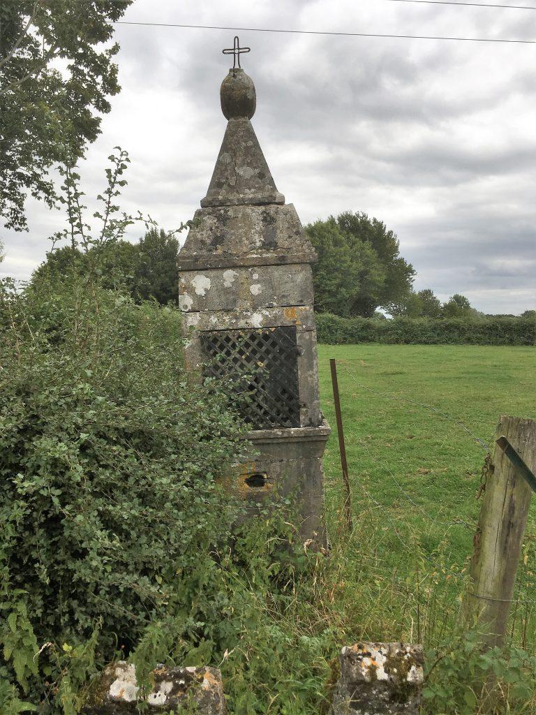 Oratoire Ste Face, St Quirin, St Druon, St Marcoul, St Julien, St Gorgon et St Ghislain (1808). Route de Boulogne
