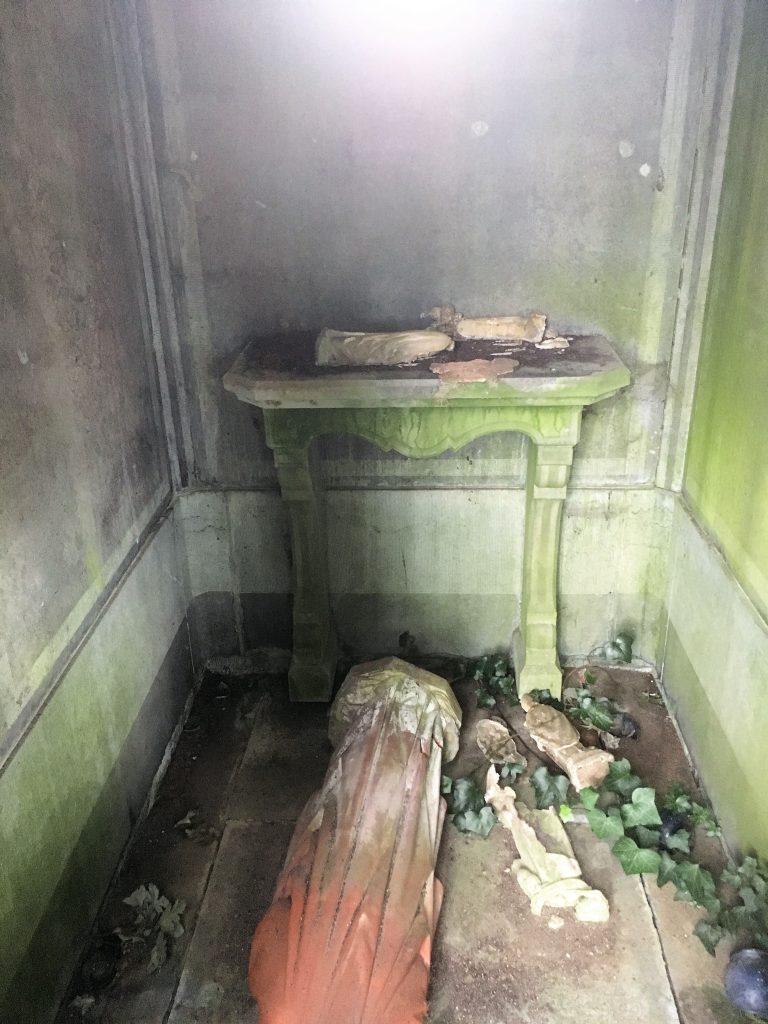 Intérieur dégradé de la chapelle