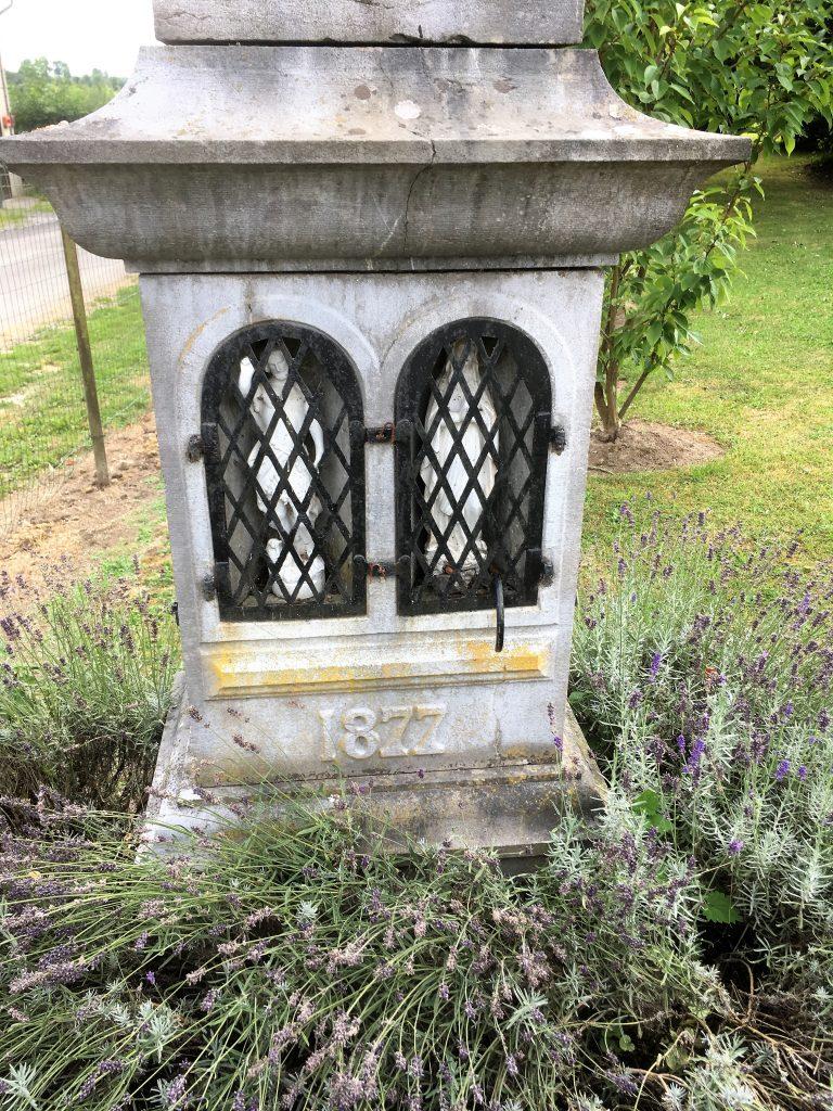 Oratoire avec 2 niches sous le calvaire
