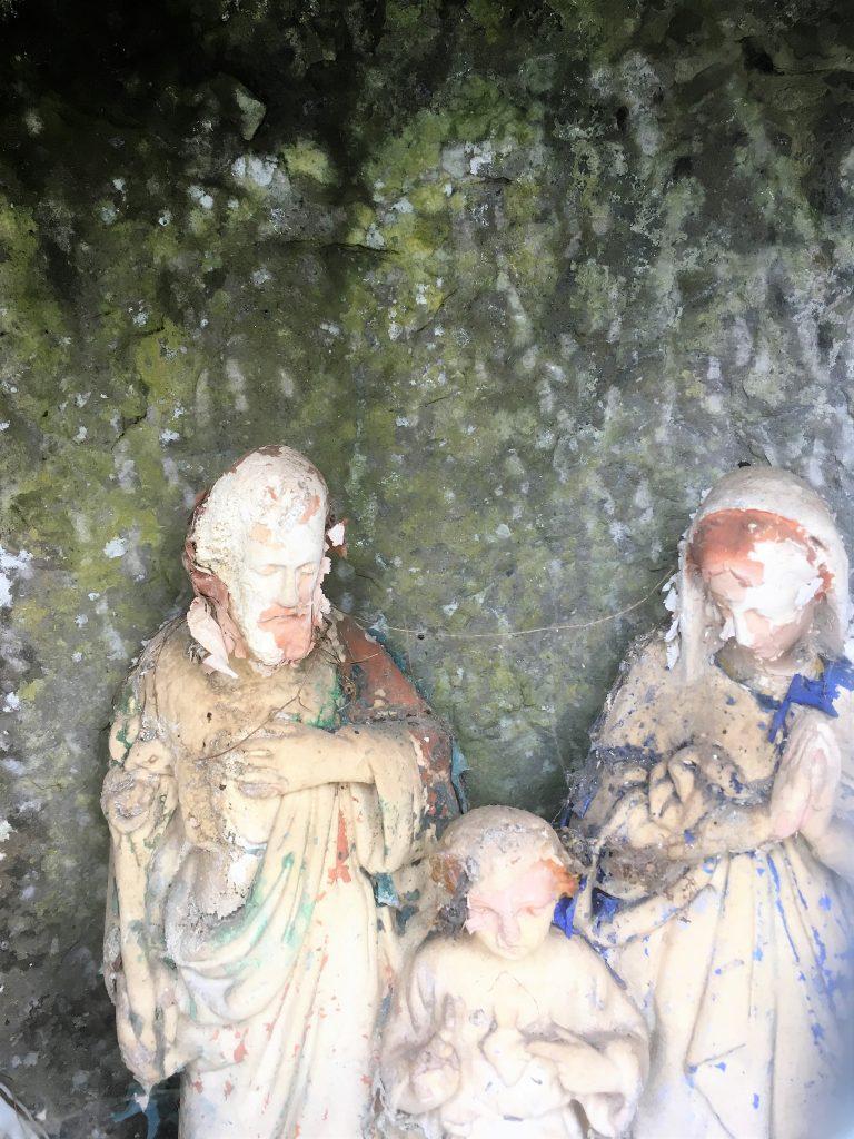 Statuettes à l'intérieur de la niche