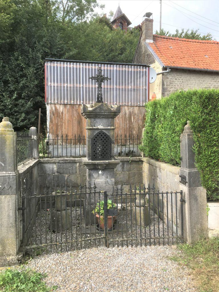 Oratoire St Etton, N.D des Affligés, St Hubert et St Antoine de Padoue (1856). Route de Taisnières