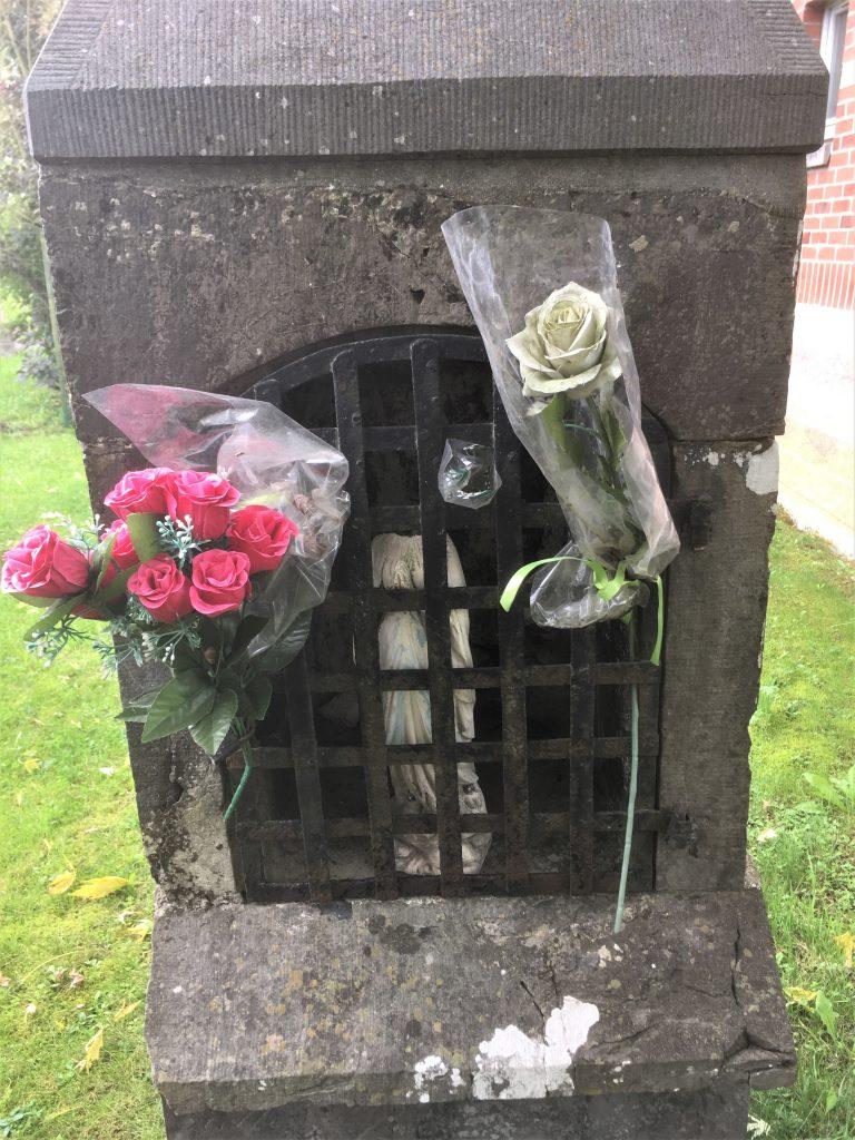Grille fleurie de l'oratoire Vierge Marie