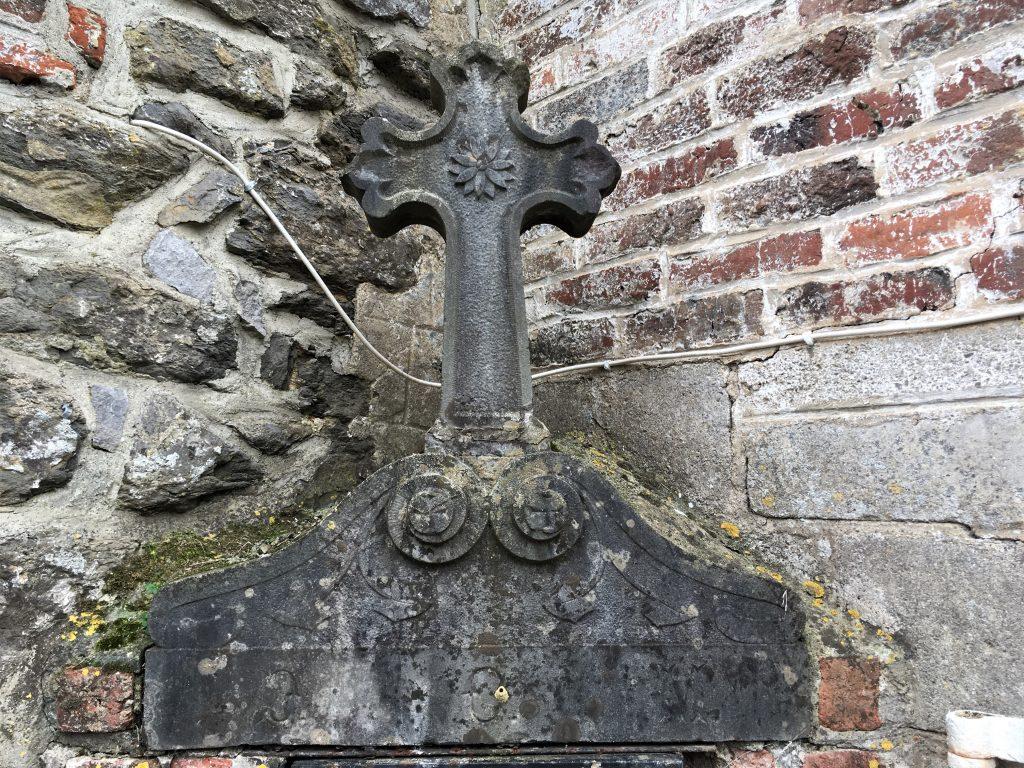 Croix en pierre au dessus de la niche