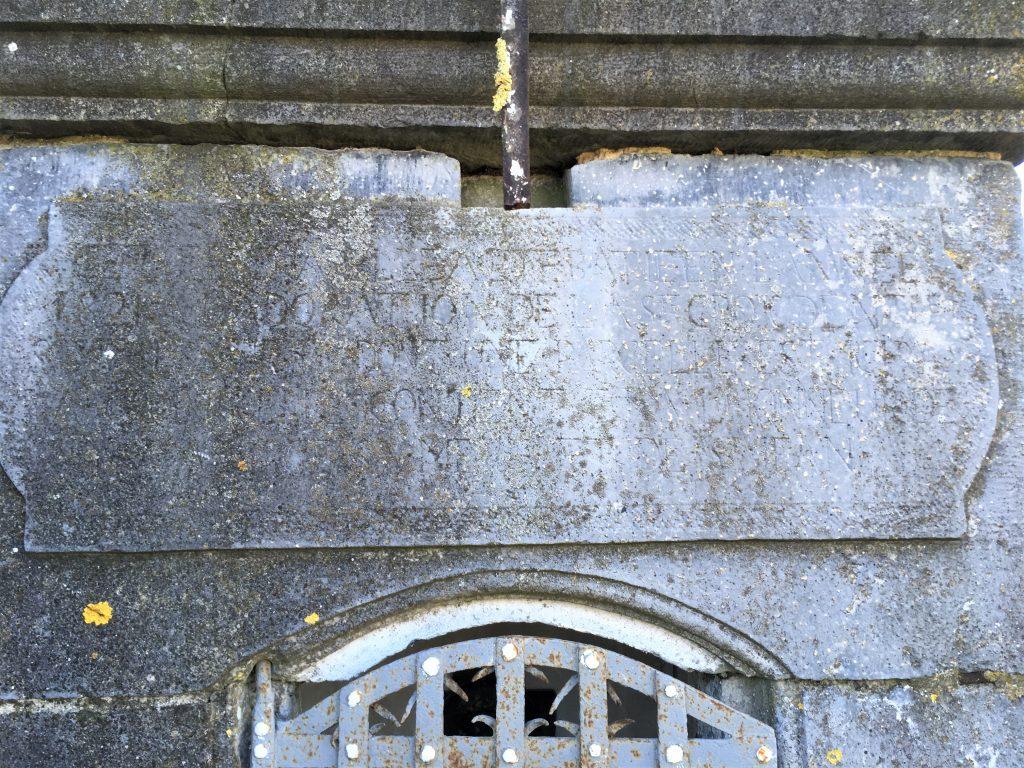cette chapelle a été bâtie en l'année 1821 à l'adoration de la ste Crox de notre Sgr jésus Christ dont une parcelle est ici dans la croix qu'elle contioent et à l'hooneur de la ste vierge sa mère et de St Jean