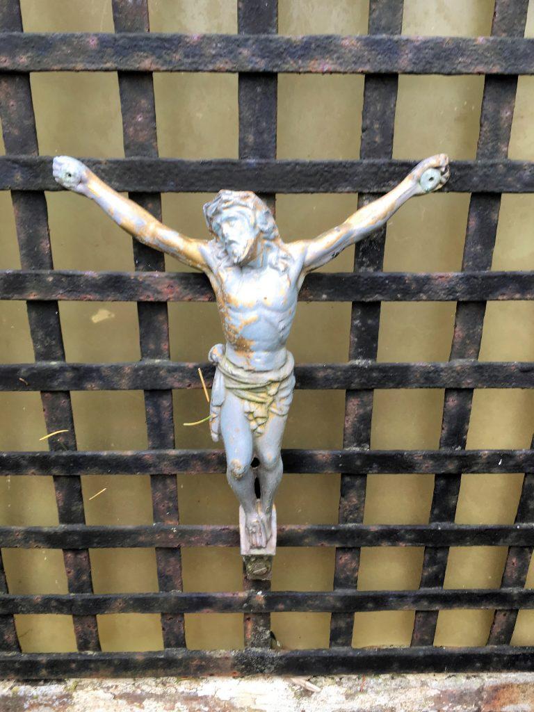 Crucifix fixé à la grille