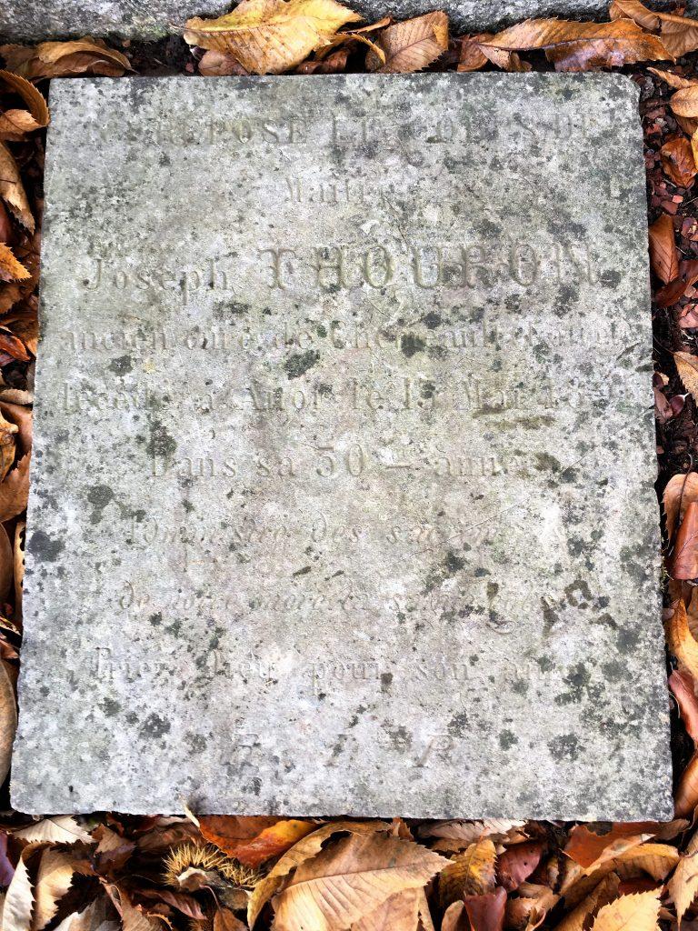 Dalle funéraire au pied de l'oratoire